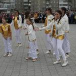 """Группа """"Конфетти"""" подарила выпускникам музыкальный подарок. Фото: Мария Чекарова, """"Глобус""""."""
