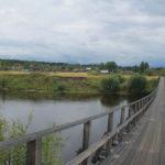 """В поселок можно попасть только по пешеходному мосту. Фото: архив """"Глобуса""""."""