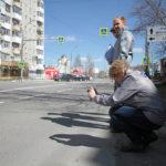 """""""Ревизоры"""" из ОНФ нашли трещины в дорожном полотне, которое в прошлом году поменяли на улице Ленина. Фото: Константин Бобылев, """"Глоубс""""."""