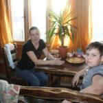 """Ольга Кулагина и ее сын Богдан очень благодарны за оказанную помощь. Книги - это знания, а зания - это сила! Фото: Мария Чекарова, """"Глобус""""."""