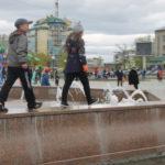 """Без внимания детей не остался и городской фонтан. Фото: Мария Чекарова,""""Глобус""""."""