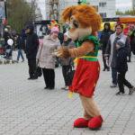 """Ростовые куклы развлекали детей. Фото: Мария Чекарова,""""Глобус""""."""