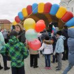 """Ближе к началу торжественного мероприятия на площади становилось все больше гостей. Фото: Мария Чекарова,""""Глобус""""."""