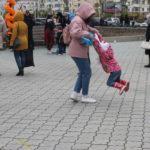 """Под веселую музыку родители с детьми танцевали. Фото: Мария Чекарова,""""Глобус""""."""