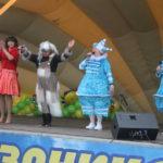 """Сказочные герои поздравляли детей с праздником. Фото: Мария Чекарова,""""Глобус""""."""