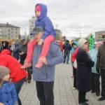 """Девочке ничего не было видно, папа посадил ее на плечи. Фото: Мария Чекарова,""""Глобус""""."""