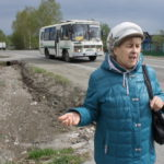 """Вера Важенина говорит, что у местных жителей автобус очень востребован - за всем необходимым приходиться ездить в город. Чтобы дойти до автобусной остановки, приходится идти по обочине дороги, движение на которой весьма оживленное. Люди просят установить на этом самом месте еще одну автобусную остановку - это и обезопасить местных жителей, и упростит их жизнь. Фото: Мария Чекарова, """"Глобус"""""""