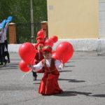 """Малыши танцевали с шариками. Фото: Мария Чекарова, """"Глобус""""."""