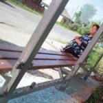 """Остановка была разбита в минувшие выходные. Фото: Константин Бобылев, """"Глобус""""."""