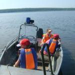 Во время практической части занятия вс едети получили возможность прокатиться на катере ГИМС. Фото: предоставлено Петром Ивановым.