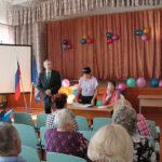 """На встрече чиновников было больше чем рядовых жителей поселка. Фото: Константин Бобылев, """"Глобус""""."""