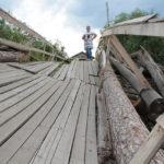 """Сейчас мост буквально висит на бревнах, уложженых местными жителями после ремонта... Фото: Константин Бобылев, """"Глобус""""."""