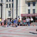 """Ребят в лагерь провожали родители и друзья. Фото: Константин Бобылев, """"Глобус""""."""