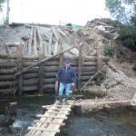 Люди сами сделали мостки, чтобы была возможность без лодки перебраться на другой берег. Фото: предоставлено Сергеем Гудзем.