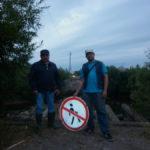 Павел Мякишев и Сергей Гудзь у рухнувшего моста через Какву. Фото предоставлено Сергеем Гудзем.
